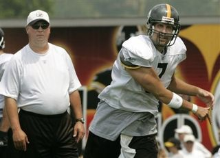 Eagles assistant Mark Whipple (left) watches Ben Roethlisberger throw the ball in 2006.