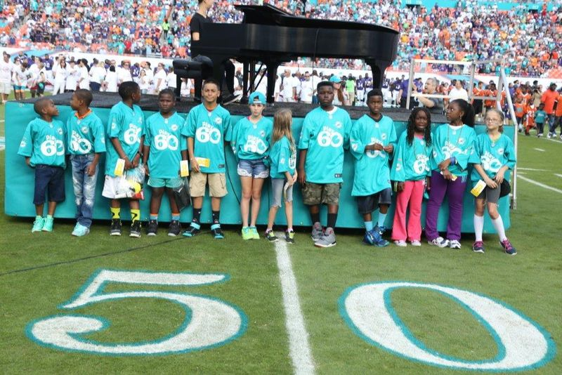 Play_60_group_photo_pregame_with_students_from_Gove_Elementary_(Palm_Beach)_Welleby_Elementary_(Broward)_and_Henry_Reeves_Elementary_(Dade)